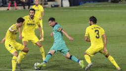 Striker Barcelona, Lionel Messi, berusaha melewati pemain Villareal pada laga La Liga di Stadion Estadio de la Ceramica, Minggu (5/7/2020). Barcelona menang 4-1 atas Villareal. (AP/Jose Miguel Fernandez de Velasco)