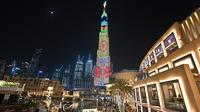 Foto yang diambil pada 4 Januari 2020 memperlihatkan pertunjukan cahaya menyinari Burj Khalifa, bangunan tertinggi dunia, di Dubai. Burj Khalifa yang resmi dibuka pada 4 Januari 2010 itu merayakan hari jadinya yang ke-10 dengan pertunjukan lampu LED khusus. (Giuseppe CACACE / AFP)