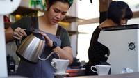 Raisa sedang meracik kopi di Titik Temu Coffe di kawasan Seminyak, Bali (Dok.Instagram/@titiktemucoffee/https://www.instagram.com/p/BEkqXk_NlWR/?utm_source=ig_embed/Komarudin)