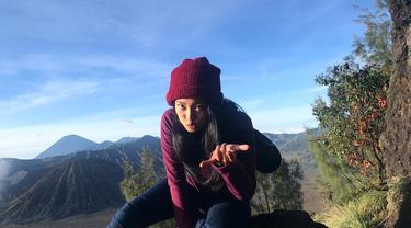 Nona Berlian Laboni kini semakin terlihat cantik di usianya ke 20 tahun. Pemeran Ronaldowati ini juga senang liburan untuk melepas penat. Salah satu tempat wisata yang pernah dikunjungi Nona Berlian adalah menyaksikan keindahan Gunung Bromo. (Liputan6.com/IG/@nonaberlian14)