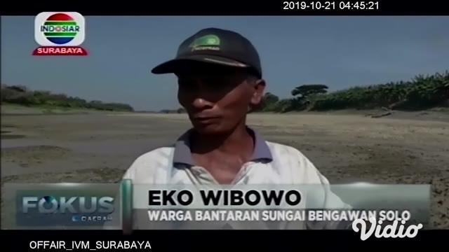 Surutnya Sungai Bengawan Solo hingga mengering di Desa Dukuh Kembar, Kecamatan Dukun, Gresik, malah menjadi wisata dadakan bagi masyarakat sekitar.