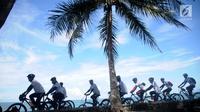Peserta fun bike mengelilingi pantai pada acara Anyer Urban Festival 2019 di Pantai Anyer, Banten, Sabtu (30/3). Festival tersebut digelar untuk membangkitkankembali kepercayaan wisatawan pasca tsunami Selat Sunda sebagai salah satu lokasi wisataterbaik di Banten. (Liputan6.com/HO/Elvis)