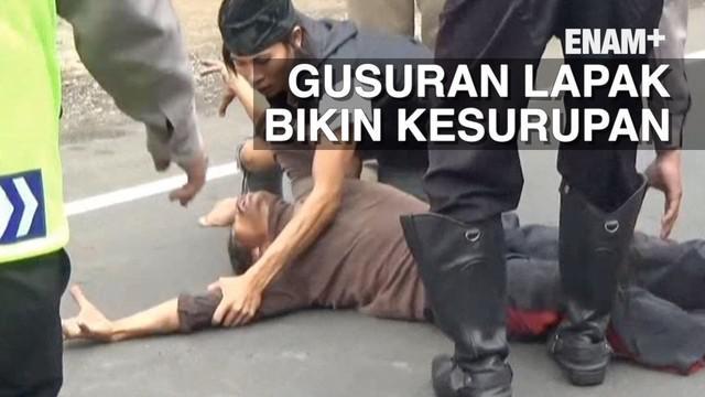 Karena keberadaannya mengganggu jalan protokol puluhan lapak pedagang cincau di Cianjur, Jawa Barat diboldozer oleh Pemkab Cianjur