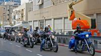 Anggota geng motor Israel Samson Riders melintasi jalan menuju Kedutaan Besar AS yang baru di Yerusalem saat melakukan konvoi dari Tel Aviv, (13/5). Mereka menunggangi Harley Davidson saat menggelar konvoi. (AFP Photo/Jack Guez)