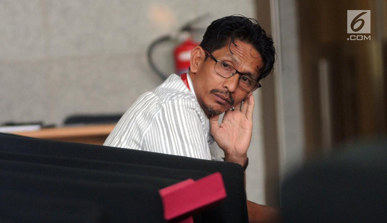 Anggota DPRD Kabupaten Bekasi Sulaeman menunggu panggilan penyidik saat akan menjalani pemeriksaan di Gedung KPK, Jakarta, Selasa (20/8/2019). Sulaeman diperiksa sebagai saksi untuk tersangka Sekda Jawa Barat Iwa Karniwa terkait dugaan suap pemberian izin proyek Meikarta. (merdeka.com/Dwi Narwoko)
