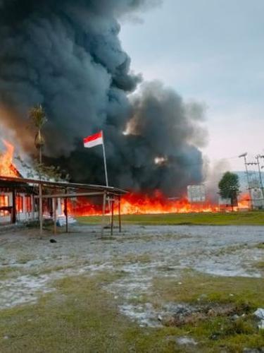 Massa membakar sejumlah kantor pemerintahan mulai dari Gedung Komisi Pemilihan Umum (KPU) hingga DPRD Yalimo, imbas kekecewaan atas hasil sidang Mahkamah Konstitusi (MK) terkait Pilkada Kabupaten Yalimo.