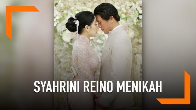 Syahrini akhirnya merilis video proses lamarannya dengan Reino Barack. Syahrini dan Reino nampak serasi dengan paduan warna peach dan abu-abu.