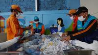 Proses pemilahan sampah organik di Rumah Pemulihan Material (RPM) Kelurahan Kebagusan, DKI Jakarta Nestle Indonesia. (dok. Ist)
