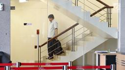 Mantan CEO Citilink Albert Burhan menuruni tangga usai diperiksa di Gedung KPK, Jakarta, Jumat (26/1). Albert diperiksa terkait kasus dugaan suap pengadaan pesawat dan mesin pesawat pada PT Garuda Indonesia. (Liputan6.com/Herman Zakharia)