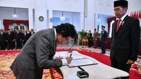 Anggota Dewan Pengawas KPK Albertina Ho menandatangani berita acara sumpah dan janji di Istana Negara, Jumat (20/12/2019). (Foto: Biro Pers Setpres)