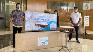 Direktur Utama PT. Trisula International (TRIS) Tbk Santoso Widjojo, Manager Humas RS Ukrida Fannie dan Direktur PT SehatQ Harsana Emedika saat mendonasikan kebutuhan medis berupa ranjang darurat di Trisula Center, Jakarta, Selasa (2/3/2020). (Liputan6.com/Pool)