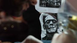 """Seorang seniman saat berpartisipasi dalam """"New York Ink"""" di edisi 5 Konvensi Internasional Paradise Tatto, di San Antonio de Belen, San Jose, (8/5). Lebih dari 300 seniman tato berpartisipasi di acara ini.(AFP PHOTO/Ezequiel Becerra)"""