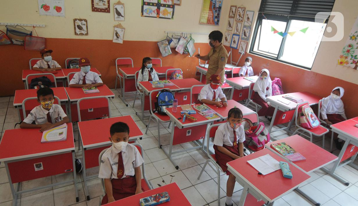 Siswa kelas III belajar dalam kelas saat simulasi Pembelajaran Tatap Muka Terbatas (PTMT) di SDN 03 Cinere, depok, Jawa Barat, Selasa (28/09/2021). Pemkot  Depok hari ini menyelenggarakan simulasi Pembelajaran Tatap Muka Terbatas (PTMT) dari jenjang TK sampai SMP Negeri. (merdeka.com/Arie Basuki)