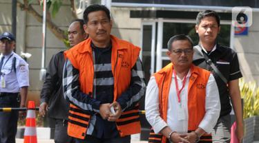 Terpidana mantan anggota DPR F-Golkar Bowo Sidik Pangarso (kiri) dan Bupati Indramayu Supendi (kanan) tiba di Gedung KPK, Jakarta, Senin (21/10/2019). Bowo diperiksa terkait suap distribusi pupuk, sedangkan Supendi terkait suap pengaturan proyek Pemkab Indramayu tahun 2019. (merdeka.com/Dwi Narwoko)