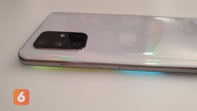 Sisi samping Galaxy A71 yang memiliki tombol Power dan volume (Liputan6.com/ Agustin Setyo W).