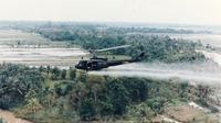 Helikopter militer AS menyemprotkan Agent Orange pada Perang Vietnam (US Army / Wikimedia / Creative Commons)
