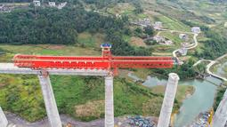 Foto dari udara menunjukkan konstruksi jembatan besar Sungai Yinpo di jalur kereta cepat Guiyang-Nanning di Wilayah Dushan, Provinsi Guizhou, China (20/10/2020). Jalur kereta cepat Guiyang-Nanning dirancang untuk dapat dilalui kereta dengan kecepatan maksimum 350 kilometer per jam. (Xinhua/Liu Xu)