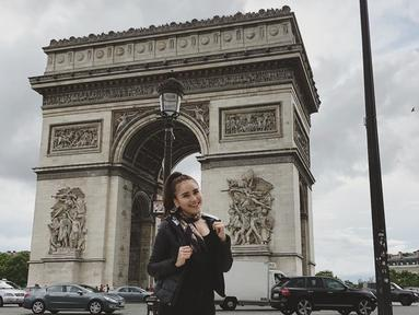 Tempat pertama yang ia pamerkan di Instagram adalah Arc de Triomphe yang merupakan landmark kota Paris.(Liputan6.com/IG/@ayutingting92)