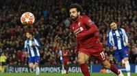 Penyerang Liverpool Mohamed Salah mengejar bola pada leg 1, babak perempat final Liga Champions yang berlangsung di Stadion Anfield, Liverpool, Rabu (10/4). Liverpool menang 2-0 atas Porto (AFP/Paul Ellis)