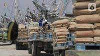 Pekerja beraktifitas bongkar muat di Pelabuhan Sunda Kelapa, Jakarta, Rabu (30/12/2020). Geliat bongkar muat di pelabuhan tersebut tetap berjalan di masa pandemi COVID-19, meskipun pemprov DKI kembali memperpanjang PSBB transisi hingga awal Januari 2021. (Liputan6.com/Angga Yuniar)