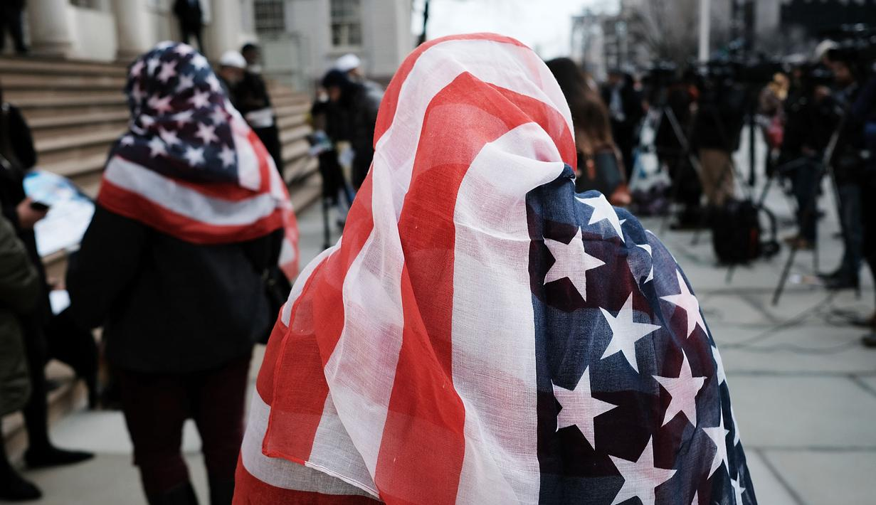 Sejumlah wanita merayakan Hari Hijab Sedunia di Balai Kota, New York, Rabu (1/2).Peringatan yang dimulai pada 2013 lalu ini mengajak seluruh wanita, baik muslim atau nonmuslim untuk mengenakan hijab selama satu hari. (Spencer Platt / Getty Images / AFP)