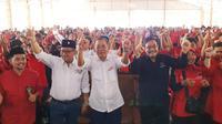 Sekjen PDIP Hasto Kristiyanto dan kader PDIP di sela Safari Politik Kebangsaan IV, di Lebak, Banten. (Liputan6.com/ Muhammad Radityo Priyasmoro)