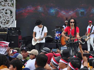 Grup band musik Slank tampil sebagai pengisi puncak Apel Kebangsaan 'Kita Merah Putih' di lapangan Pancasila Simpang Lima Semarang, Minggu (17/3). Seperti diberitakan sebelumnya, acara tersebut digelar untuk mempersatukan masyarakat. (Liputan6.com/Gholib)