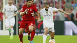 Xabi Alonso (kiri) berebut bola dengan Isco dalam final Audi Cup 2015 yang berlangsung di Stadion Allianz Arena, Munchen, Jerman. Kamis (6/8/2015). (Action Images via Reuters/Jason Cairnduff)