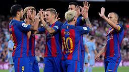 Pemain Barcelona merayakan gol Lionel Messi ke gawang Sampdoria pada pertandingan Trofeo Joan Gamper 2016 di Camp Nou, Kamis (11/8/2016) dini hari WIB. (AFP/Josep Lago)