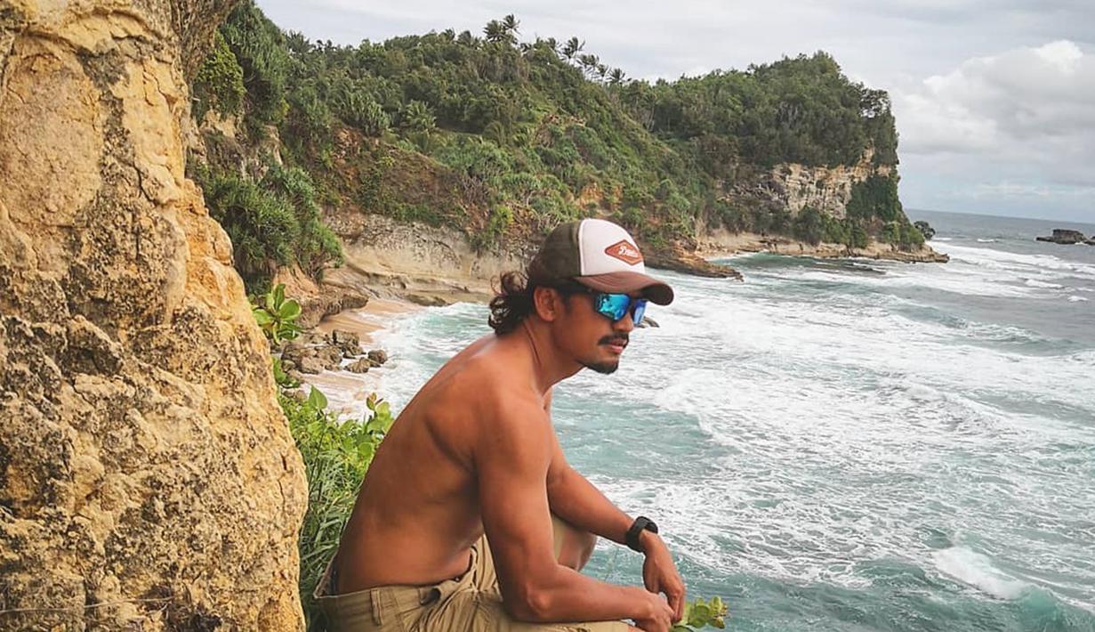 Pria yang pernah dikabarkan dekat dengan Nikita Mirzani ini, kerap memilih pantai menjadi destinasi liburannya. Sambil bertelanjang dada , Ibnu Jamil menikmati salah satu pantai di Pacitan. (Liputan6.com/IG/ibnujamilo)