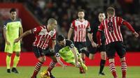 Gelandang Liverpool Adam Lallana (tengah) terjatuh ketika berusaha menerobos pertahanan Southampton pada semifinal Piala Liga Inggris, Kamis (1/12/2017) dini hari WIB. (Daily Mail)