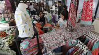 Penjual sedang melayani pembeli di stan baju batik pada Pasar Kita oleh Sahabat UMKM di Lippo Mall Puri, Jakarta, Sabtu (10/3). Kegiatan Pasar Kita yang diikuti lebih dari 55 booth UMKM digelar pada 10-11 Maret. (Liputan6.com/Pool)