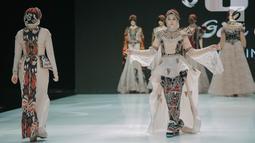 """Artis Angel Lelga mengenakan busana rancangan Gita Orlin pada ajang Indonesia Fashion Week (IFW) 2019 di Jakarta Convention Center, Kamis (28/3). Desian Gita Orlin kali ini terinspirasi dari kecantikan """"Tenun Sumba"""" yang bertajuk """"Wairinding"""". (Liputan6.com/Faizal Fanani)"""