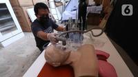 Anton Agusta melakukan uji coba ventilator buatannya di Bengkel Industri UMKM Agusta, Cidodol, Kebayoran Lama, Jakarta Selatan, Selasa (14/4/2020). Agusta berharap Kementerian Kesehatan RI dapat menguji coba ventilator buatannya agar bisa diproduksi untuk pasien COVID-19. (Liputan6.com/Angga Yuniar)