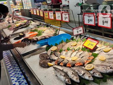 Pengunjung berbelanja di pusar perbelanjan di Tangerang, Minggu (13/12).Asosiasi Pengusaha Ritel Indonesia (Aprindo) memproyeksikan, sektor industri ritel bisa kembali pulih dalam 2 tahun-3 tahun ke depan. (Liputan6.com/Angga Yuniar)