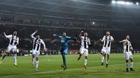 Pemain Juventus, Cristiano Ronaldo (dua kiri) bersama rekan-rekannya menyapa suporter usai menaklukkan Torino dalam Serie A Italia di Stadion Olimpiade, Turin, Italia, Sabtu (15/12). Gol Ronaldo ke gawang Torino menjadi sejarah. (Marco BERTORELLO/AFP)