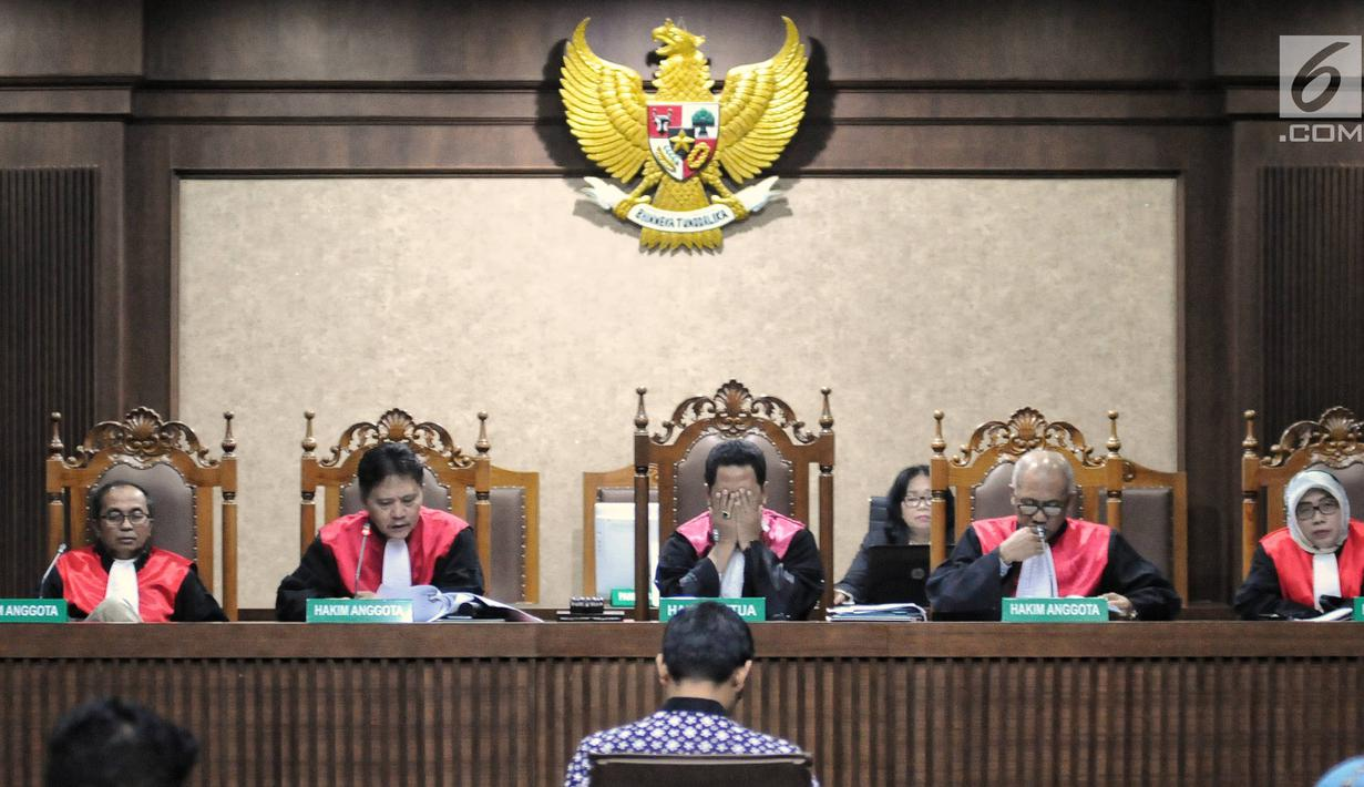 Majelis Hakim membacakan vonis dalam sidang lanjutan terdakwa dugaan gratifikasi dan suap pengesahan APBD Provinsi Jambi, Zumi Zola di Pengadilan Tipikor Jakarta, Kamis (6/12). Zumi Zola divonis dengan hukuman 6 tahun penjara. (Liputan6.com/Faizal Fanani)