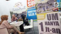 Pengunjung mendapatkan penjelasan saat pameran properti di Jakarta, Kamis  (21/11/2019). Uang muka yang semula minimal lima persen menjadi satu persen melalui program Bantuan Pembiayaan Perumahan Berbasis Tabungan (BP2BT). (Liputan6.com/Angga Yuniar)