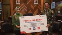 Direktur Utama Pertamina, Nicke Widyawati secara simbolis menyerahkan paket bantuan dari Pertamina Peduli kepada Kepala Staf Angkatan Darat (Kasad) Jenderal TNI Andika Perkasa di Ruang Tamu Kasad, Markas Besar Angkatan Darat (Mabesad) Jakarta, Rabu, (10/06/2020).