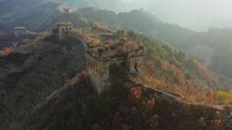 Foto dari udara yang diabadikan pada 4 November 2020 ini menunjukkan pemandangan musim gugur di Tembok Besar seksi Yumuling di Wilayah Qianxi, Provinsi Hebei, China utara. (Xinhua/Yang Shiyao)