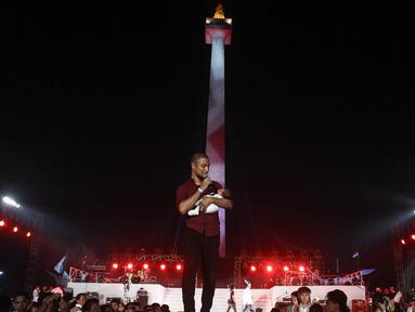 Marcell Siahaan ikut memeriahkan acara Syukuran Salam 3 Jari di kawasan Monas, Jakarta, (20/10/14). (Liputan6.com/Faizal Fanani)