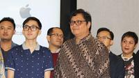 Menperin Airlangga Hartarto bersama mahasiswa Andika Leonardo yang mewakili Indonesia untuk berguru ke markas Apple. Dok: Merdeka.com
