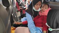 Seorang mahasiswi korban asap mengalami sesak napas ketika berdemonstrasi di kantor Gubernur Riau. (Liputan6.com/M Syukur)