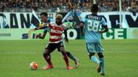 Kalah 1-2 melawan Persela Lamongan, Madura United gagal kembali ke puncak klasemen TSC 2016. (Bola.com/Fahrizal Arnas)