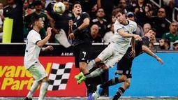 Pemain Argentina Nicolas Tagliafico (dua kanan) menyundul bola melewati Raul Jimenez (dua kiri) dalam laga persahabatan di Alamodome, San Antonio, Texas, Amerika Serikat, Selasa (10/9/2019). Argentina menang 4-0 atas hattrick Lautaro Martinez. (AP Photo/Eric Gay)