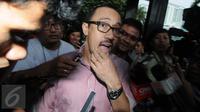 Anggota Komisi V DPR dari Fraksi Partai Amanat Nasional (PAN) Andi Taufan Tiro menjawab pertanyaan wartawan di Gedung KPK, Jakarta, (12/2). Ia dimintai keterangan dengan tersangka Anggota Komisi V DPR Damayanti Wisnu Putranti. (Liputan6.com/Helmi Afandi)