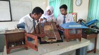 Siswa mempelajari sistem kerja alat pendeteksi longsor atau EWS berpemancar FM karya Guru SMK N 2 Bawang, Banjarnegara. (Foto: Liputan6.com/Wasis untuk Muhamad Ridlo)