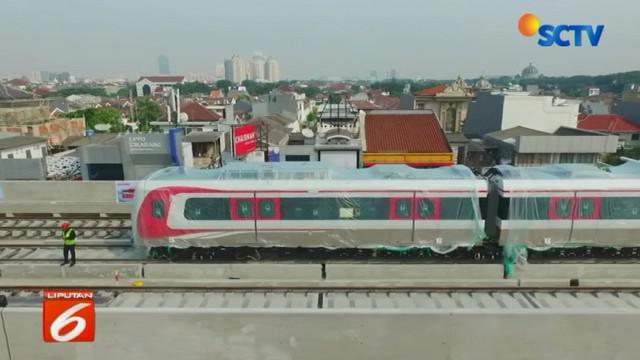 Selain dua gerbong LRT yang telah tiba, pengerjaan proyek juga telah mencapai 70 persen dan yang tengah dirampungkan saat ini adalah menuntaskan konstruksi fisik serta pemasangan intalasi.