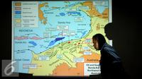 Seorang melintas di depan layar peta usai pertemuan antara Menko Kemaritiman dan Sumberdaya Rizal Ramli dengan perwakilan masyarakat Maluku di Gedung BPPT, Jakarta, Rabu (7/10/2015). Pertemuan membahas Blok Masela. (Liputan6.com/Helmi Fithriansyah)