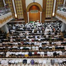 Jemaah saat mensalatkan jenazah Ustaz Arifin Ilham di Masjid Az Zikra, Sentul, Bogor, Kamis (23/5/2019). Ribuan Jamaah telah memadati area masjid untuk ikut melaksanakan salat jenazah. (Kapanlagi.com/Budy Santoso)